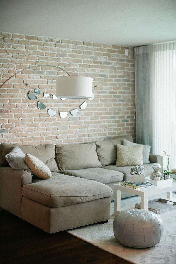 Кирпичная стена в гостиной фото
