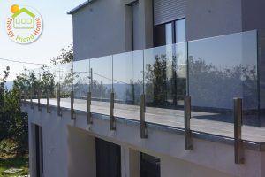 Minimál stílusú családiház üvegkorlát