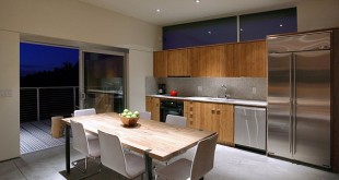 Dining-area-with-a-view-of-the-arid-landscape
