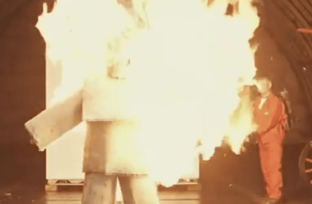 Élő ember égetése Rockwool védőruhában