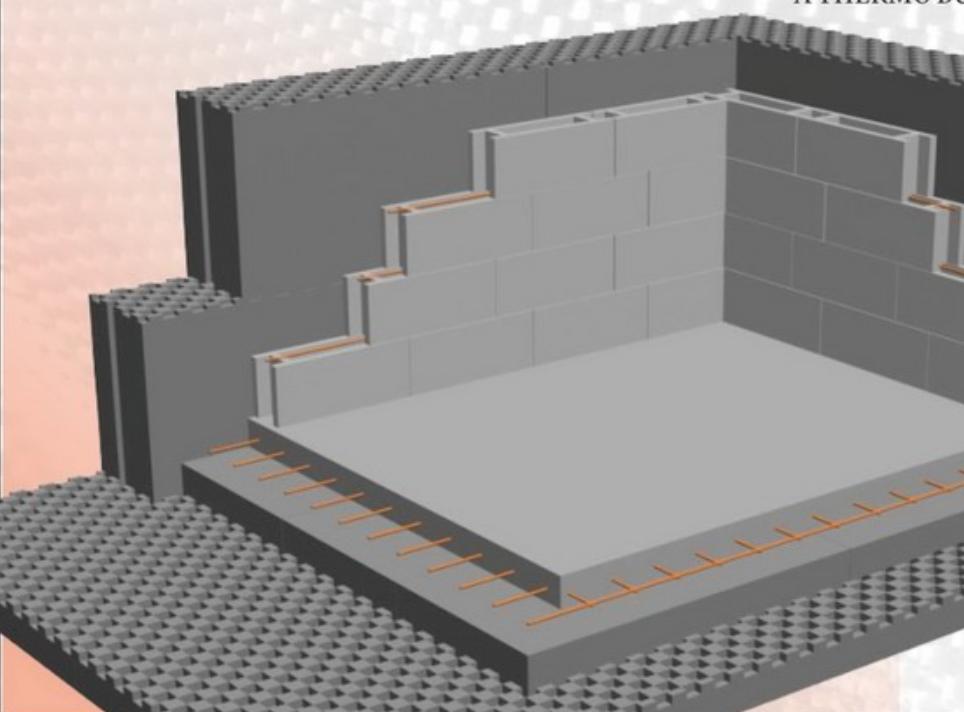 A hőszigetelés a külső oldalon van, a nagy hőtűároló tömegű beton a lakáson belül helyezkedik el. Végleges felületképzés előtt gipszvakolattal látjuk el a beton zsaluköveket.