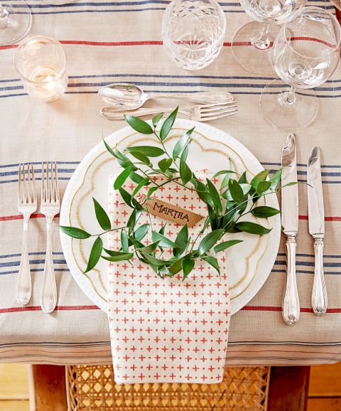 gallery-1449263293-holiday-table-setting-1