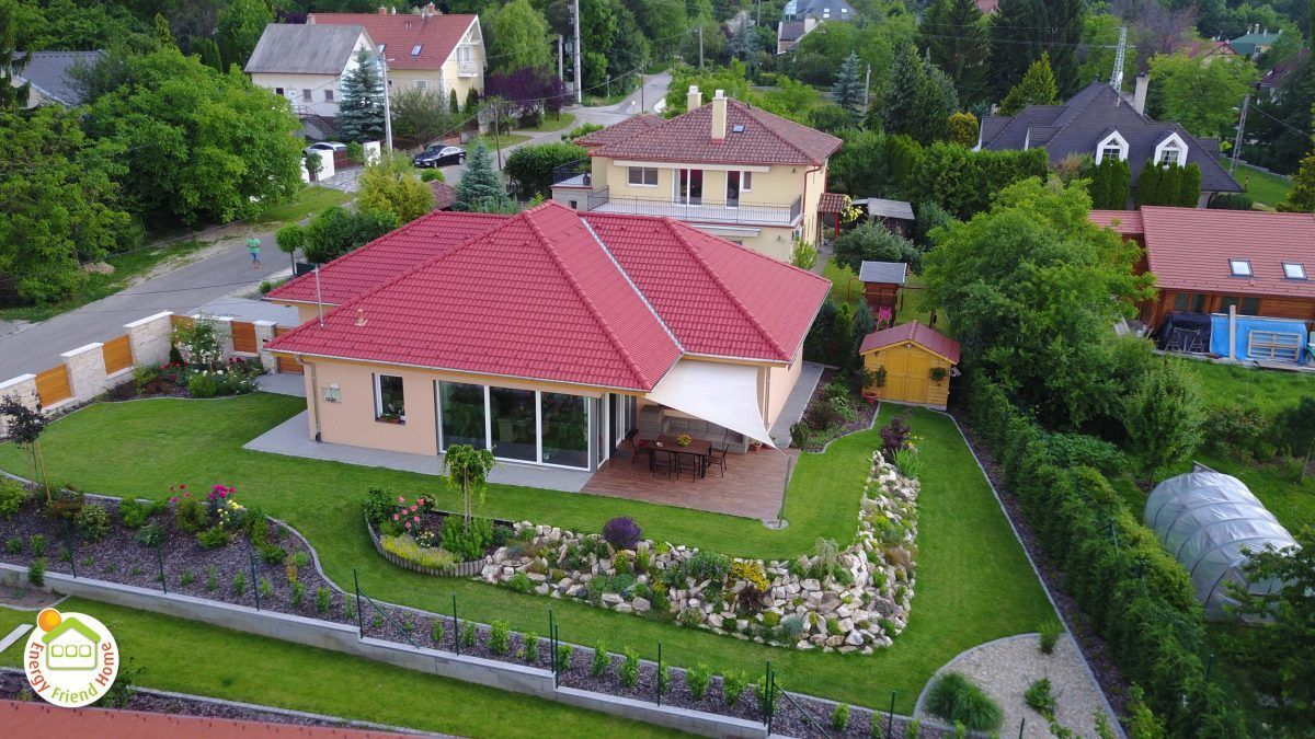 Solymár EnergyFriendHome családi ház kulcsrakész állapot fotói két évvel az átadás után madártávlatból.