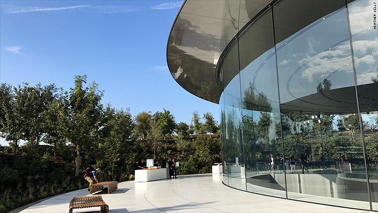 170912171336-apple-event-jobs-theater-exterior-780x439
